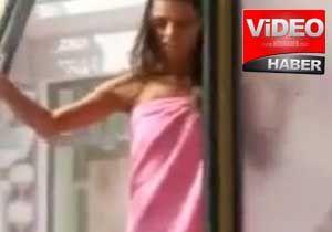 Kadın sokak ortasında soyunup duş aldı!