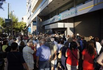 Yunanistan'da emekliler yine banka kuyruğunda