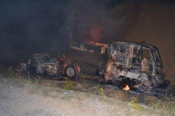 Teröristler yol kesip, 3 aracı yaktı
