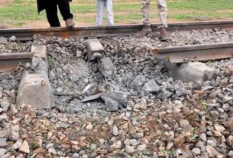 Kars'ta yük trenine bombalı saldırı