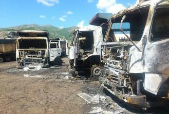 Kars'ta teröristler yol kesip araçları ateşe verdi