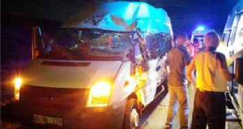 Minibüs TIR'la çarpıştı: 20 yaralı!