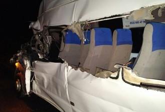 Niğde'de minibüs ile tır çarpıştı: 20 yaralı