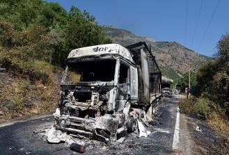 Mardin'de teröristler 2 aracı ateşe verdi