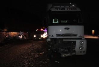 Erzincan'da tır ile otomobil çarpıştı: 5 ölü