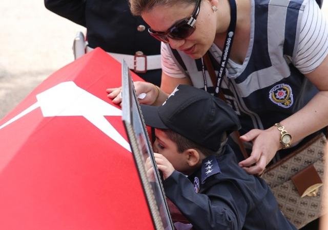 Şehit çocukları babalarına son kez sarıldı! Gözyaşları sel oldu