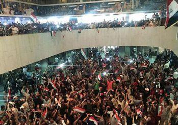 Irak'ta göstericiler parlamento binasını bastı!