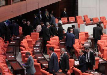 HDP'liler salonu terörsit marşıyla terk etti