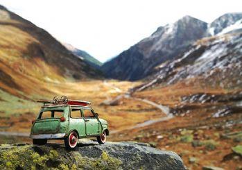 Oyuncak arabalar ile dünya turuna çıktı
