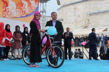 MEB Bakanı Yılmaz bisiklet dağıttı
