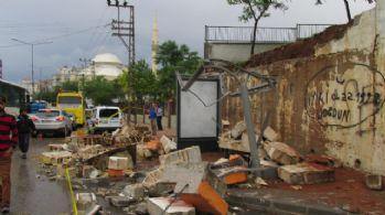 Sağanak okul duvarını böyle yıkıldı