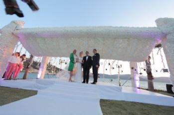 Masal gibi düğün: Düğün için ada kapattılar