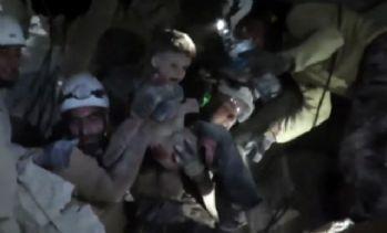 Rus uçaklarının bombaladığı binanın enkazından çıktı