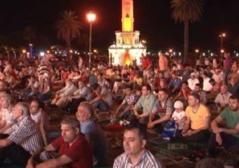 İzmirliler Kadir Gecesinde 'Seccadeni al gel' etkinliğinde bir araya geldi