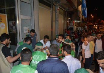 Bitlis İHH'dan darbe teşebbüsüne karşı duran halka etli nohutlu pilav ikramı