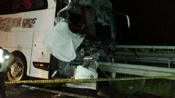 Yolcu otobüsü bariyerlere çarptı: 1 ölü, 20 yaralı