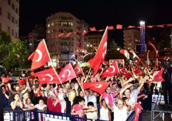 Demokrasi nöbetleri Cumhuriyet Meydanında devam edecek