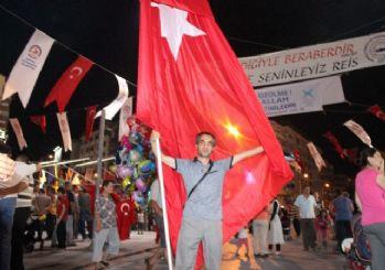 Demokrasi nöbeti için dev Türk Bayrağı'yla 6 kilometre yürüyor