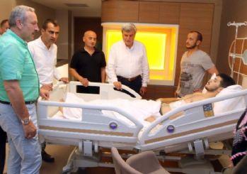Başkan Karaosmanoğlu, darbe girişiminde yaralanan genci ziyaret etti