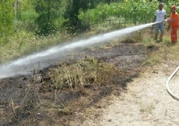 Arazi yangınını köylüler su tankeri ile söndürdü