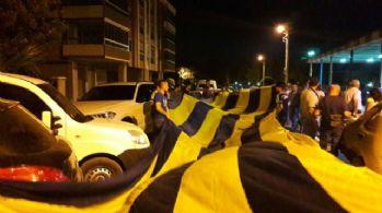 Fenerbahçe taraftarından demokrasi nöbetine destek