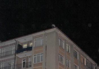 Polis, arabuluculuk yaparak intihar etmek isteyen kişiyi çatıdan aldı