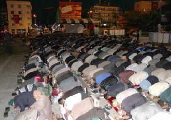 Yozgat'ta 3 bin kişi Cumhuriyet Meydanında sabah namazı kıldı.