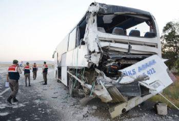 TIR otobüse arkadan çarptı: 8 yaralı