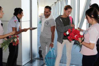 Ruslar Bodrum'da karanfillerle karşılandı