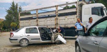 Kamyonla çarpışan araçtaki 4 polis yaralandı