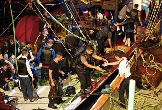 Denizde mahsur kalan kaçakları balıkçılar kurtardı