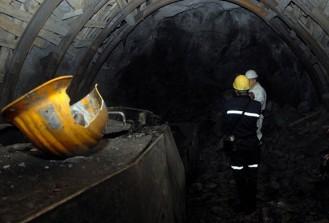 Maden işçilerin üzerine kaya parçası düştü