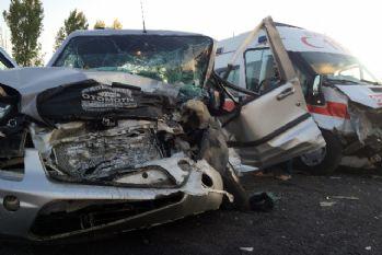 Ambulans ile ticari araç çarpıştı: 8 yaralı