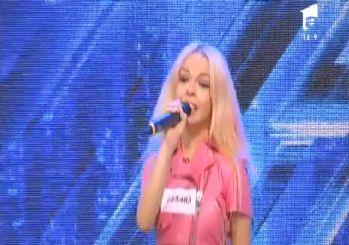 Yarışmacı şarkı sözlerini unutunca sahnede bayıldı