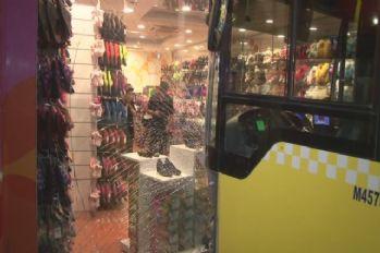 Gaz pedalı tutukluk yapan otobüs mağazaya girdi