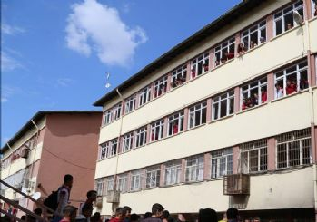 Diyarbakır'da teröristler okula el bombası attı