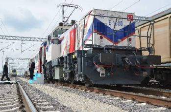Milli elektrikli lokomotif raylara indi