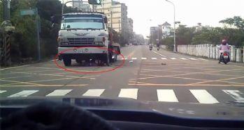 Motosikletli kamyonun altında kaldı