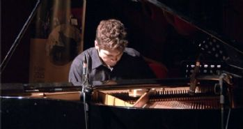 Suriyeli piyanist Tambi Cimuk savaşa notalarla dur dedi!