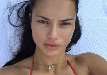 Adriana Lima'dan ay yıldızlı kolyeli selfie