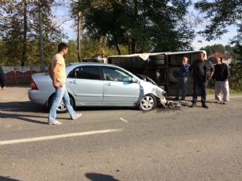 Öğrenci minibüsü otomobille çarpıştı: 12 yaralı
