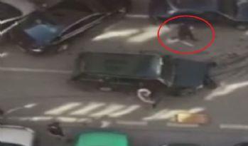 Önce araçlara çarptı, sonra palayla saldırdı