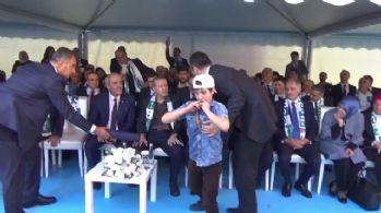 Esat aleyhine slogan attı, Erdoğan'a sarıldı