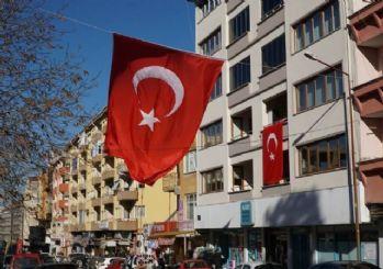 Şehit babası için caddeye Türk bayrağı astırdı