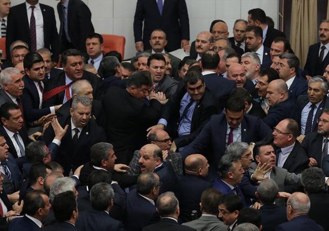 Oylama başladı Meclis fena karıştı!