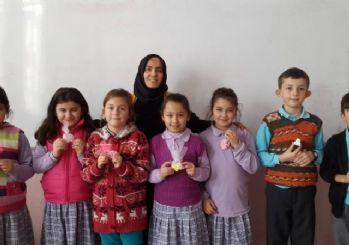 Öğretmenden başarılı öğrencilere el işi hediye