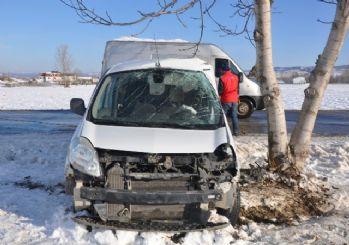 Buzda kayan araç ağaca çarptı: 3 yaralı
