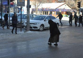 Kars'ta buz pistine dönen yollar kazalara sebep oluyor