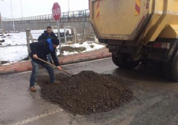 Körfez'de kar sonrası yıpranan yollara bakım yapıldı