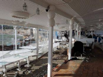 Dev dalgalar bir restoranı yerle bir etti